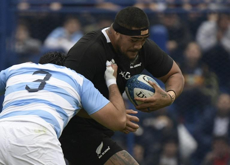 Ofa Tuungafasi (R) of New Zealand bursts past fellow prop forward Juan Figallo of Argentina during a Rugby Championship match in Buenos Aires Saturday (AFP Photo/JUAN MABROMATA)