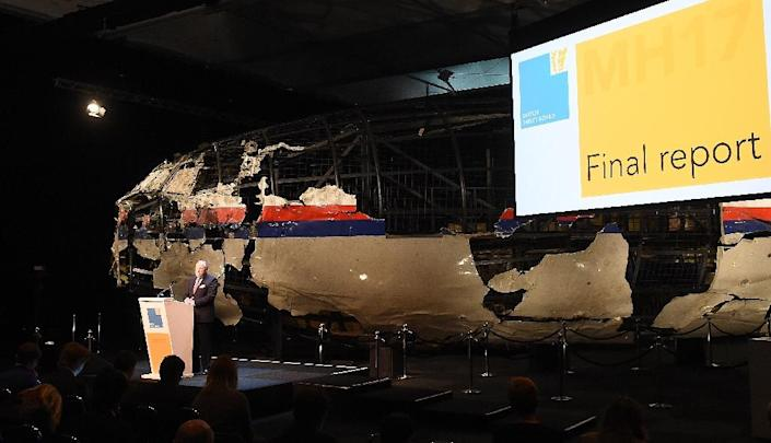Dutch Safety Board Chairman Tjibbe Joustra speaks in front of the wrecked cockpit of the Malaysia Airlines flight MH17 during a presentation of the final report on the cause of the crash, at the Gilze Rijen airbase October 13, 2015 (AFP Photo/Emmanuel Dunand)
