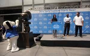 NFL Alumni and MetLife Unveil Snoopy Statue and New Fan Tradition