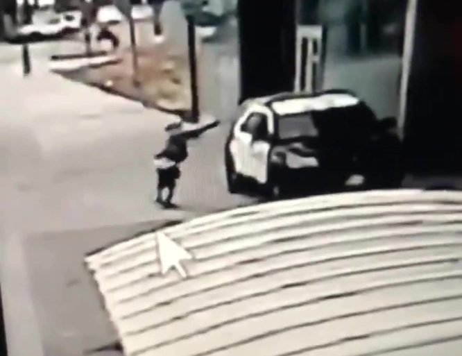 The suspect raising a gun before shooting the two deputies ((Los Angeles Sheriff's Department))