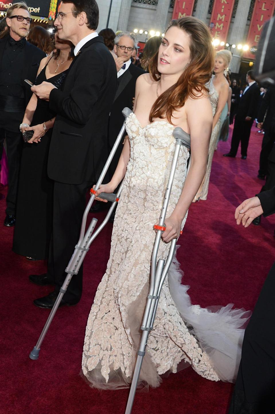 <p>She might have ditched them later, but it is a total boss move to show up at the Oscars on crutches. <i>(Photo: Getty)</i><br></p>