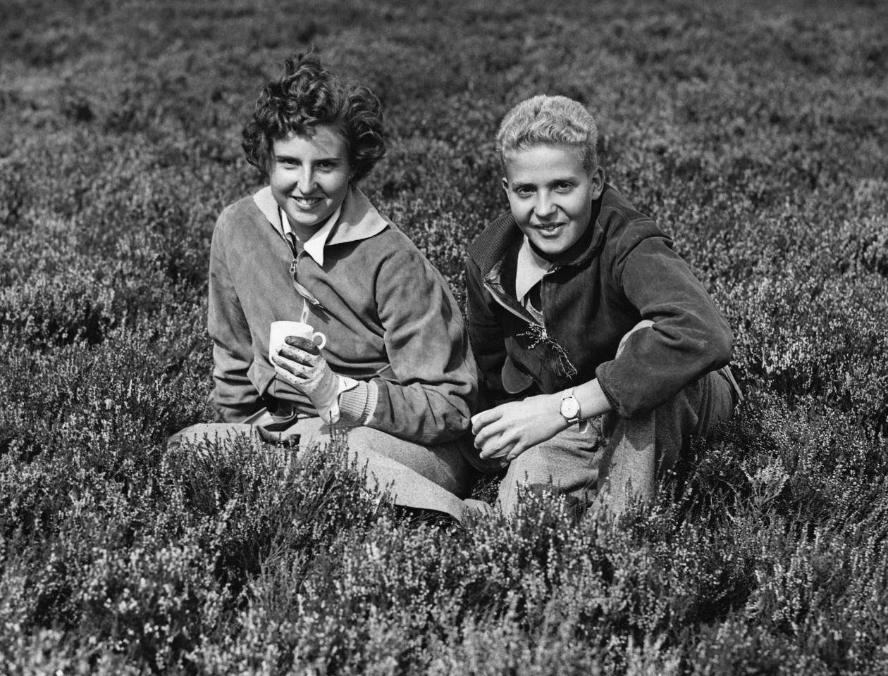 A pesar de ser mayor que don Juan Carlos las leyes de sucesión españolas impidieron que fuera reina. Los dos hermanos posan en Perthshire, Escocia, durante su primera salida de caza. (Foto: Hulton-Deutsch Collection / Corbis / Getty Images)