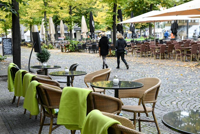 13 October 2020, Berlin: Unoccupied chairs of various open-air cafes and restaurants in Tauentzienstraße. Missing guests due to corona-related restrictions are causing the restaurateurs some trouble. Photo: Jens Kalaene/dpa-Zentralbild/ZB (Photo by Jens Kalaene/picture alliance via Getty Images)