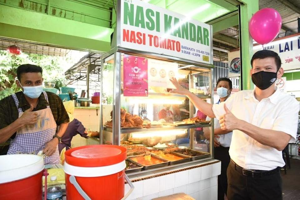 Batu Lanchang Assemblymen Ong Ah Teong posed for a photo during the launch of Com Meal here at Batu Lanchang Food Court, December 28, 2020. — Picture by Sayuti Zainuddin