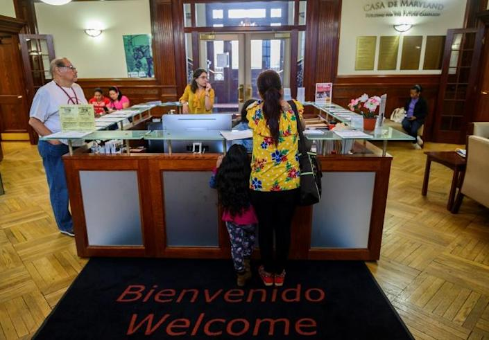 A woman and her daughter arrive at the office of the immigrants rights group CASA in Langley Park, Maryland on September 17, 2019 (AFP Photo/Andrew CABALLERO-REYNOLDS)