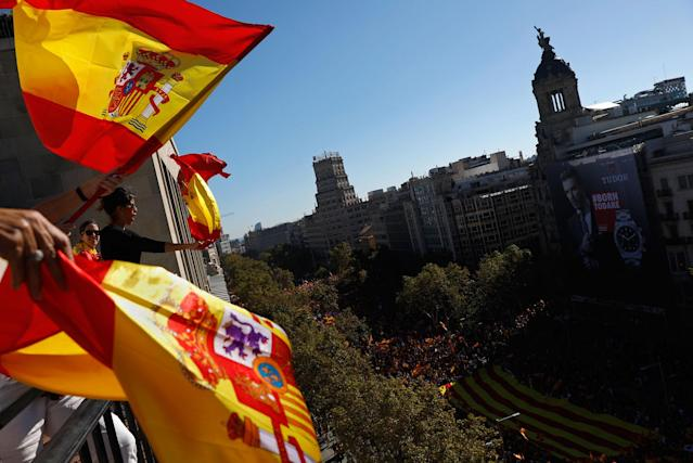 <p>People wave Spanish flags from a balcony during a mass rally against Catalonia's declaration of independence, in Barcelona, Spain, Sunday, Oct. 29, 2017. (Photo: Gonzalo Arroyo/AP) </p>