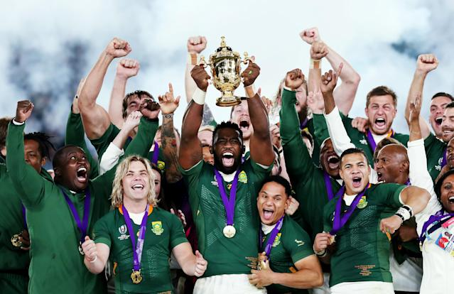 Siya Kolisi lifts the Web Ellis cup (Credit: Getty Images)