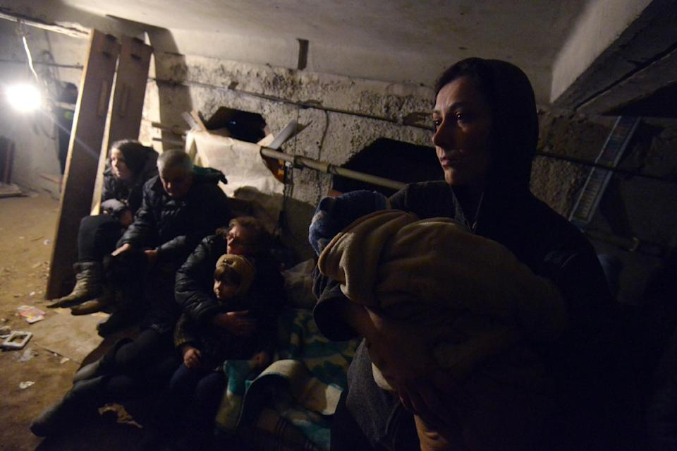 People wait in a shelter for the end of a shelling in Enakieve, southwestern Debaltseve, Ukraine, on January 29, 2015 (AFP Photo/Dominique Faget)