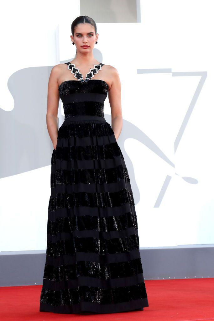 <p>The supermodel wore Armani Privé to the red carpet for 'Madres Paralelas'.</p>