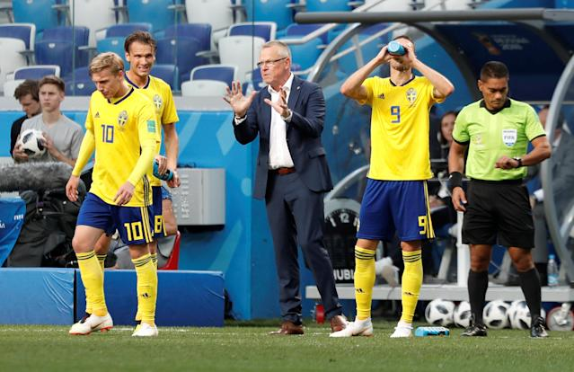 Soccer Football - World Cup - Group F - Sweden vs South Korea - Nizhny Novgorod Stadium, Nizhny Novgorod, Russia - June 18, 2018 Sweden coach Janne Andersson speaks with players during the match REUTERS/Murad Sezer