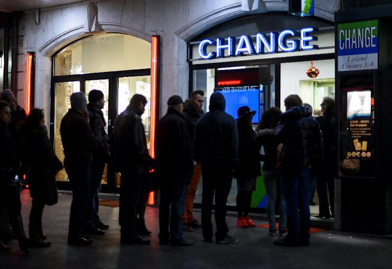 People queue at a currency exchange office in Geneva on January 15, 2015 (AFP Photo/Fabrice Coffrini)