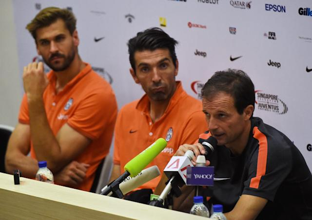 Juventus Football Club Coach Massimiliano Allegri (R), team captain Gianluigi Buffon (C) and striker Fernando Llorente (L) attend a pre-match press conference in Singapore on August 14, 2014 (AFP Photo/Roslan Rahman)