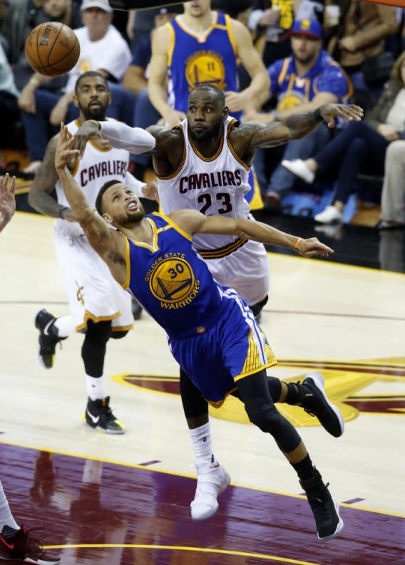 <p>Golden State Warriors guard Stephen Curry (30) shoots in front of Cleveland Cavaliers forward LeBron James (23) during the second half of Game 3 of basketball's NBA Finals in Cleveland, Wednesday, June 7, 2017. (AP Photo/Ron Schwane) (圖片來源:Associated Press) </p>