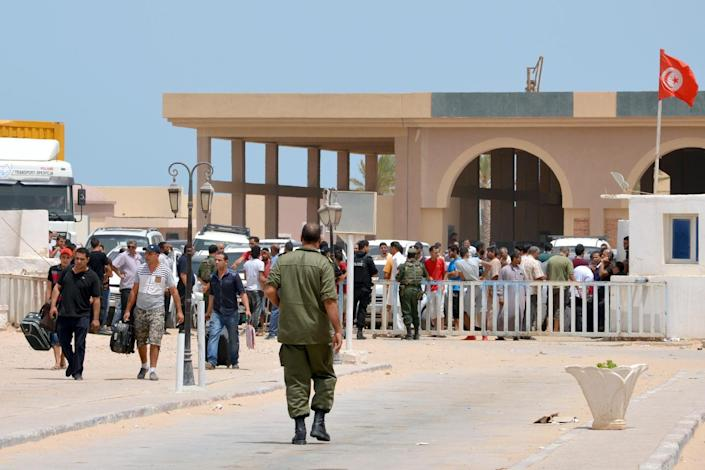 Libyans fleeing the violence in their country enter Tunisia through the southern border crossing at Ras Jedir on July 30, 2014 (AFP Photo/F Nasri)