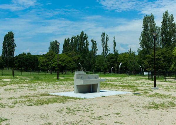 ▲The barbecue place is surrounded by many green trees, such as poplar. You can bring tables and chairs anywhere within the area enclosed by the fence