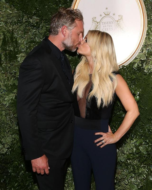 Jessica Simpson, with hubby Eric Johnson, is down with PDA. (Photo: Getty Images)