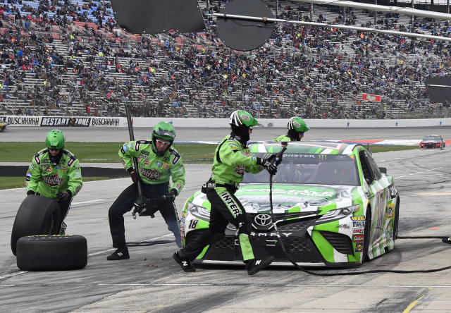 "<a class=""link rapid-noclick-resp"" href=""/nascar/sprint/drivers/947/"" data-ylk=""slk:Kyle Busch"">Kyle Busch</a> (18) has a tire change and adjustments made during a stop late in a NASCAR Cup series auto race in Fort Worth, Texas, Sunday, April 8, 2018. (AP Photo/Larry Papke)"