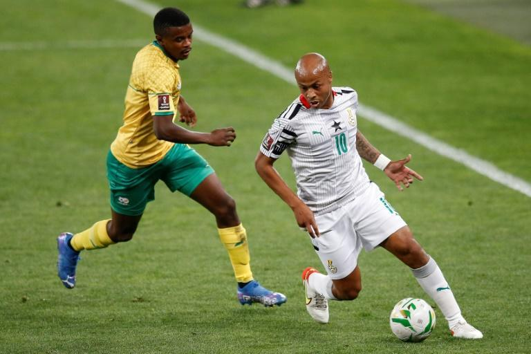 Ghana captain Andre Ayew (R) comes under pressure from South Africa midfielder Teboho Mokoena (L) during a World Cup qualifier in Johannesburg on Monday (AFP/PHILL MAGAKOE)