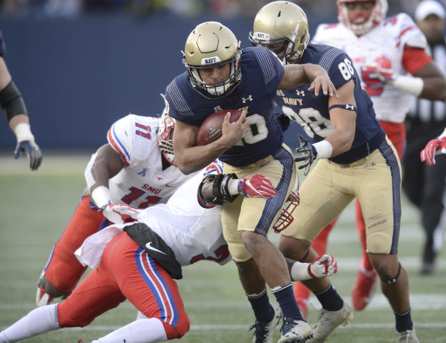 "Navy quarterback <a class=""link rapid-noclick-resp"" href=""/ncaaf/players/268330/"" data-ylk=""slk:Malcolm Perry"">Malcolm Perry</a> picks up positive yards on a run in the first quarter of an NCAA college football game against SMU Saturday, Nov. 11, 2017, in Annapolis, MD. (Paul W. Gillespie/The Baltimore Sun via AP)"