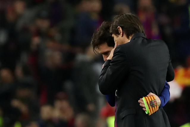 Soccer Football - Champions League Round of 16 Second Leg - FC Barcelona vs Chelsea - Camp Nou, Barcelona, Spain - March 14, 2018 Chelsea manager Antonio Conte speaks with Barcelona's Lionel Messi after the match REUTERS/Susana Vera