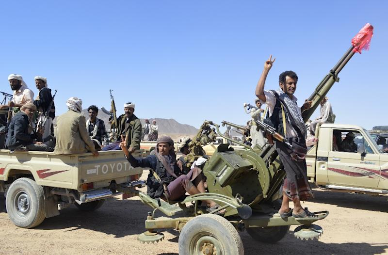 Yemeni tribesmen from the Awlaki clan gather in the southern Shabwa province to oppose the takeover of Sanaa by Shiite Huthi militants on February 19, 2015 (AFP Photo/)