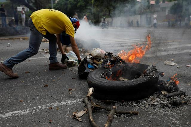 <p>A demonstrator builds a barricade during a protest against Venezuela's President Nicolas Maduro's government in Caracas, Venezuela May 2, 2017. (Photo: Carlos Garcia Rawlins/Reuters) </p>