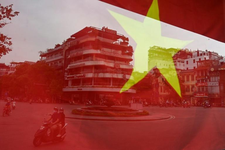 Des habitants de Hanoi, masque de protection sur le visage, le 22 avril 2020