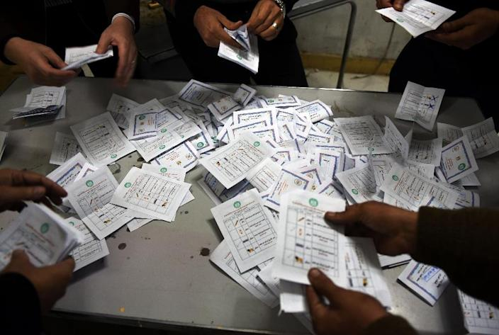 Election officials count ballots at the end of the second round of voting for Egypt's parliamentary election in Cairo, on December 2, 2015 (AFP Photo/Mohamed el-Shahed)