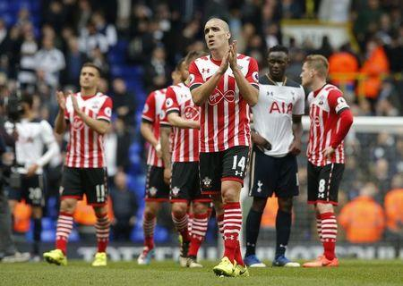 Britain Soccer Football - Tottenham Hotspur v Southampton - Premier League - White Hart Lane - 19/3/17 Southampton's Oriol Romeu applauds fans after the game  Action Images via Reuters / Andrew Couldridge Livepic