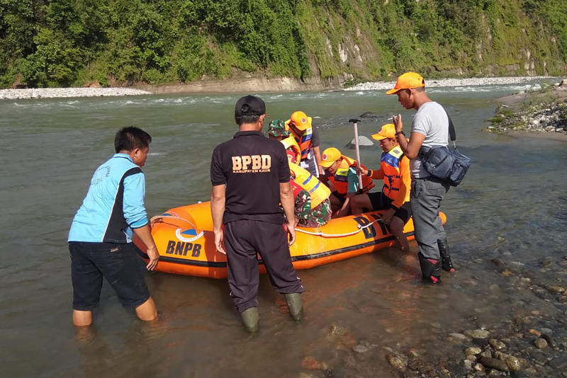 In this photo released by the Disaster Mitigation Agency of Bengkulu Province's Kaur District, rescue team prepares to search for victims of bridge break on a river in Kaur district of Bengkulu province, Indonesia, Monday, Jan, 20, 2020. A footbridge on Indonesia's Sumatra island broke while it was packed with people and several fell into the overflowing river below and drowned, officials said Monday. (Disaster Mitigation Agency of Bengkulu Province's Kaur District via AP)