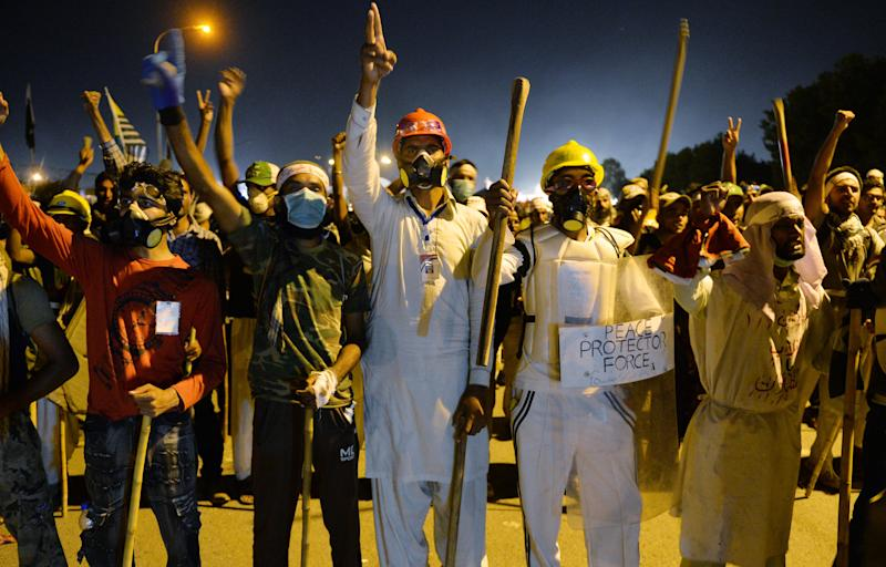 Opposition protesters shout anti-government slogans as they try to move toward the prime minister's residence following clashes with security forces in Islamabad on August 30, 2014 (AFP Photo/Aamir Qureshi)