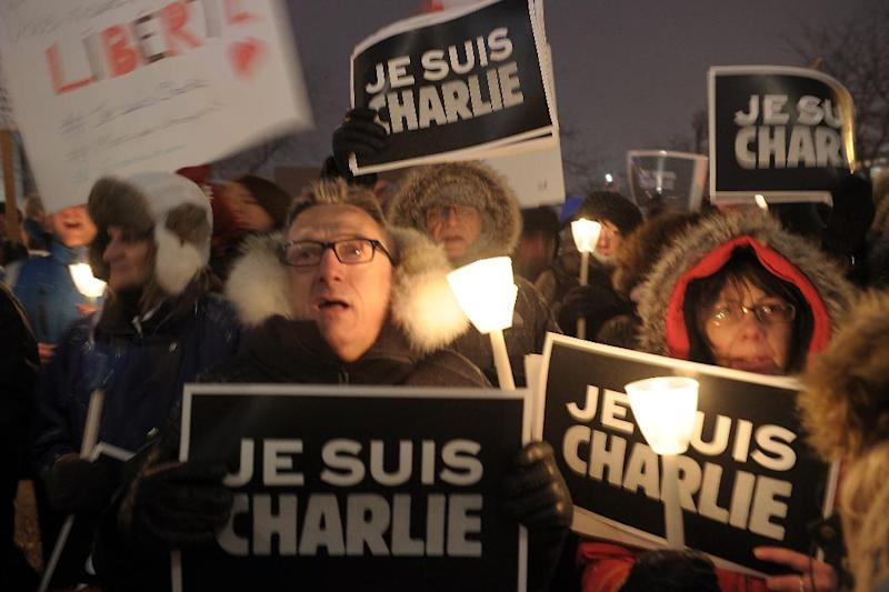 People gather for a vigil January 7, 2015 outside City Hall in Montreal, Canada (AFP Photo/Marc Braibant)