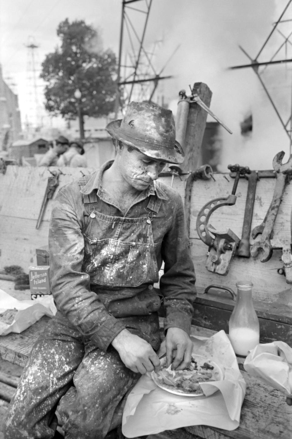Oil Field Worker eating Lunch, Kilgore, Texas, USA, Russell Lee, Farm Security Administration, April 1939. (Photo by: Universal History Archive/Universal Images Group via Getty Images)