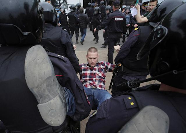 <p>Riot police detain a demonstrator during an anti-corruption protest in central St. Petersburg, Russia, June 12, 2017. (Anton Vaganov/Reuters) </p>