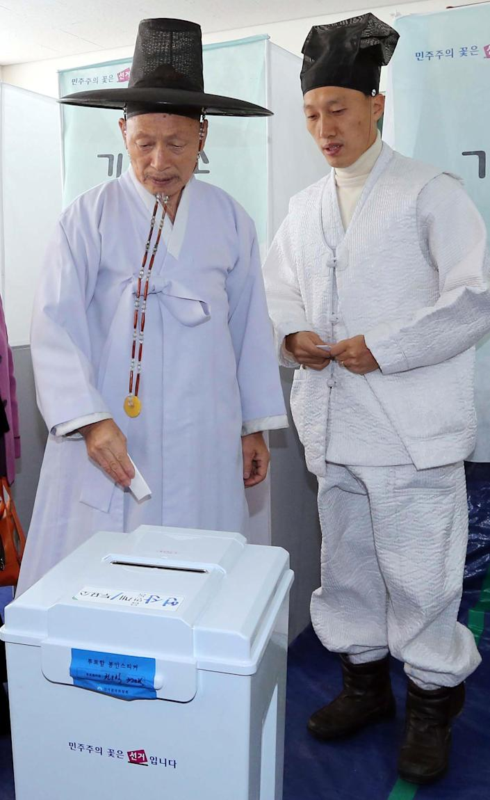 South Korean Confucian scholars, wearing traditional attire, prepare to cast their ballots in presidential election at a polling station in Nonsan, South Korea, Wednesday, Dec. 19, 2012. South Koreans bundled-up in thick mufflers and parkas braved frigid weather Wednesday to choose between the liberal son of North Korean refugees and the conservative daughter of a late dictator. (AP Photo/ Yonhap, Yang Yeong-seok) KOREA OUT