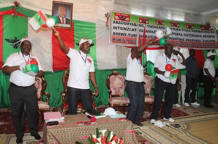 Burundi President Pierre Nkurunzinza (2nd L) celebrates among senior party officials after his nomination as a candidate for the next presidential election on April 25, 2015, in Bujumbura (AFP Photo/Landry Nshimiye)