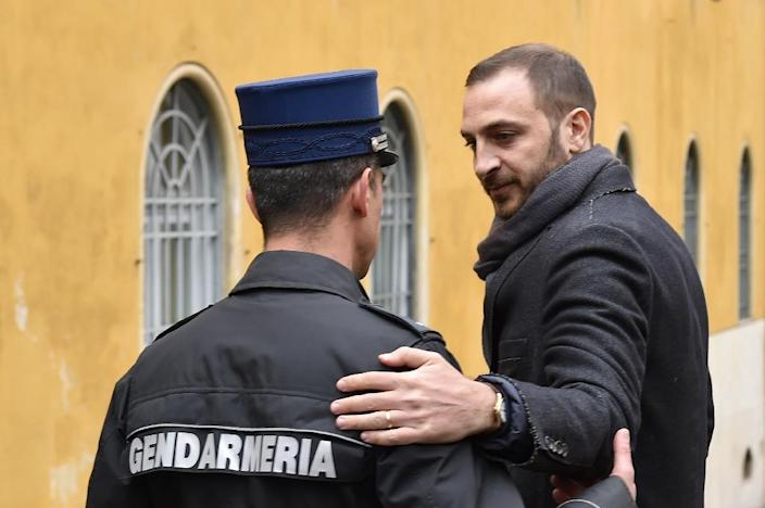 """Italian journalist Emiliano Fittipaldi speaks with a gendarme as he arrives on March 14, 2016 in Vatican City for the """"Vatileaks"""" trial (AFP Photo/Alberto Pizzoli)"""