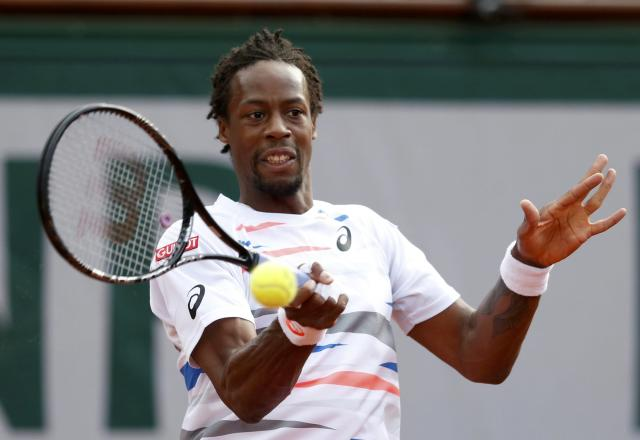 Gael Monfils of France returns the ball to Andy Murray of Britain during their men's quarter-final match at the French Open Tennis tournament at the Roland Garros stadium in Paris June 4, 2014. REUTERS/Vincent Kessler (FRANCE - Tags: SPORT TENNIS)