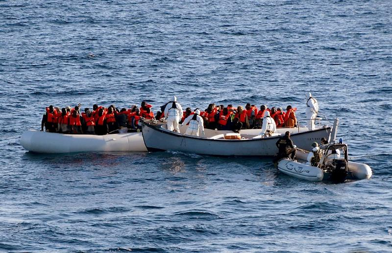 This picture taken on January 27, 2016 and released by the Marina Militare shows crew members of the Italian navy ship Aliseo taking part in an operation to rescue migrants from three dinghies off the Libyan coast (AFP Photo/)