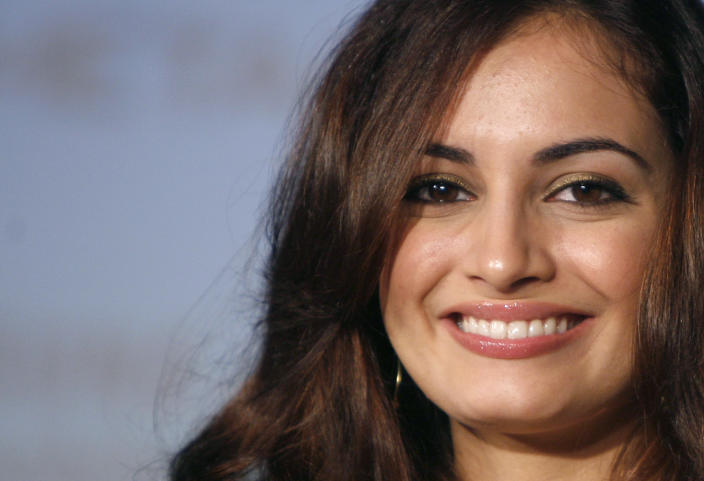 Bollywood actress Dia Mirza smiles during the launch of Samsung's slimmest slider metal series mobile handsets in New Delhi June 14, 2007. REUTERS/Vijay Mathur (INDIA)