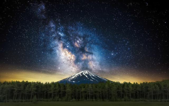 <p>The beautiful image captured by Steve Lance Lee of the Milky Way seemingly errupting from Mt. Fuji in Japan. (Photo: Steve Lance Lee/Caters News) </p>