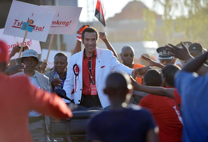 Supporters of the Botswana Democratic Party (BDP) cheer as incumbent Botswana President and leader of BDP, Ian Khama (C) arrives to address an election rally in Gaborone on October 18, 2014 (AFP Photo/Monirul Bhuiyan)