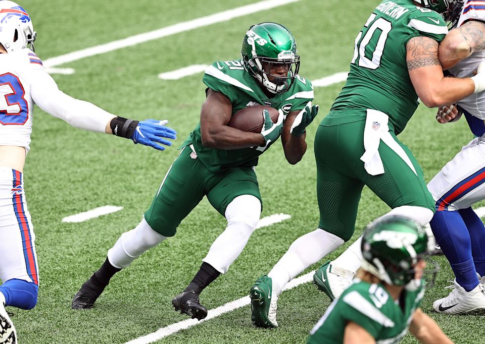 Running back Frank Gore #21 of the New York Jets runs with the ball for a first down in the first quarter against the the Buffalo Bills at MetLife Stadium on October 25, 2020 in East Rutherford, New Jersey. (Photo by Elsa/Getty Images)