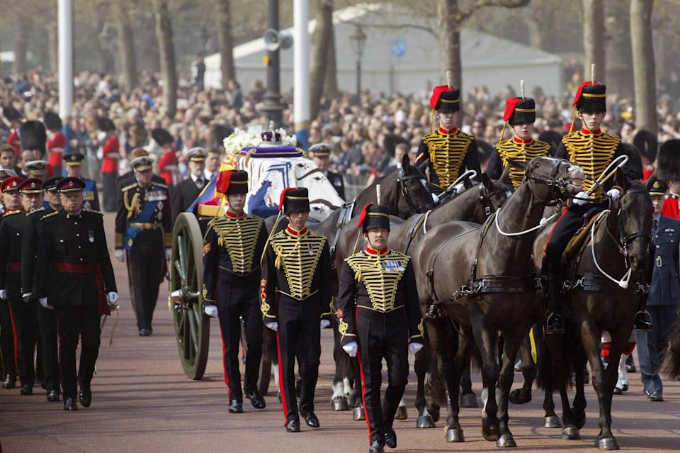 LONDON, UNITED KINGDOM:  British Queen Mother's coffin is transported on a gun carriage along the London Mall 05 April 2002, en-route to Westminster Hall, where she will lay until the funeral on 09 April 2002.    AFP PHOTO     FRANCOIS GUILLOT WPA POOL (Photo credit should read FRANCOIS GUILLOT/AFP via Getty Images)
