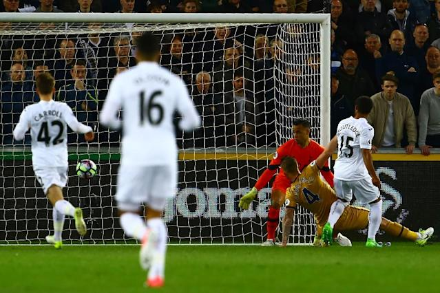 Swansea City's midfielder Wayne Routledge (R) scores the opening goal of the English Premier League football match between Swansea City and Tottenham Hotspur at The Liberty Stadium in Swansea, south Wales on April 5, 2017 (AFP Photo/Geoff CADDICK)