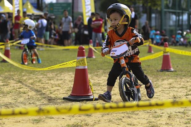 With balance bikes, children start by walking with their bikes until they can run and glide on their bikes without paddling.