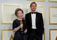 Brad Pitt (R) presented the best supporing actress Oscar to the somewhat starstruck Youn Yuh-jung (L)