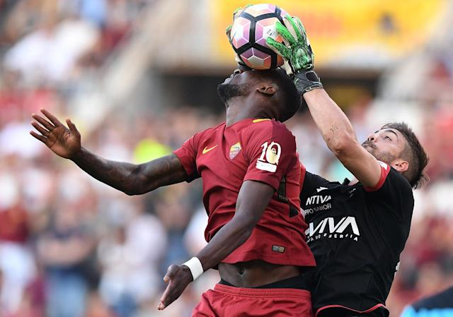 <p>AS Roma's Antonio Rudiger and Genoa's goalkeeper Eugenio Lamanna go after the ball during an Italian Serie A soccer match in Rome, Italy, May 28, 2017. (Photo: Alberto Lingria/Reuters) </p>