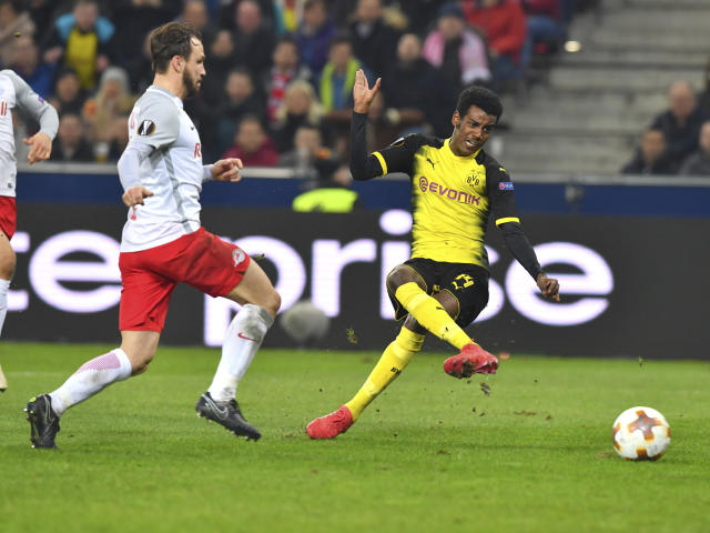 Salzburg's Andreas Ulmer, left, and Dortmund's Alexander Isak challenge for the ball during the Europa League - round of 16 second leg soccer match between FC Salzburg and Borussia Dortmund in the Arena in Salzburg, Austria, on Thursday, March 15, 2018. (AP Photo/Kerstin Joensson)
