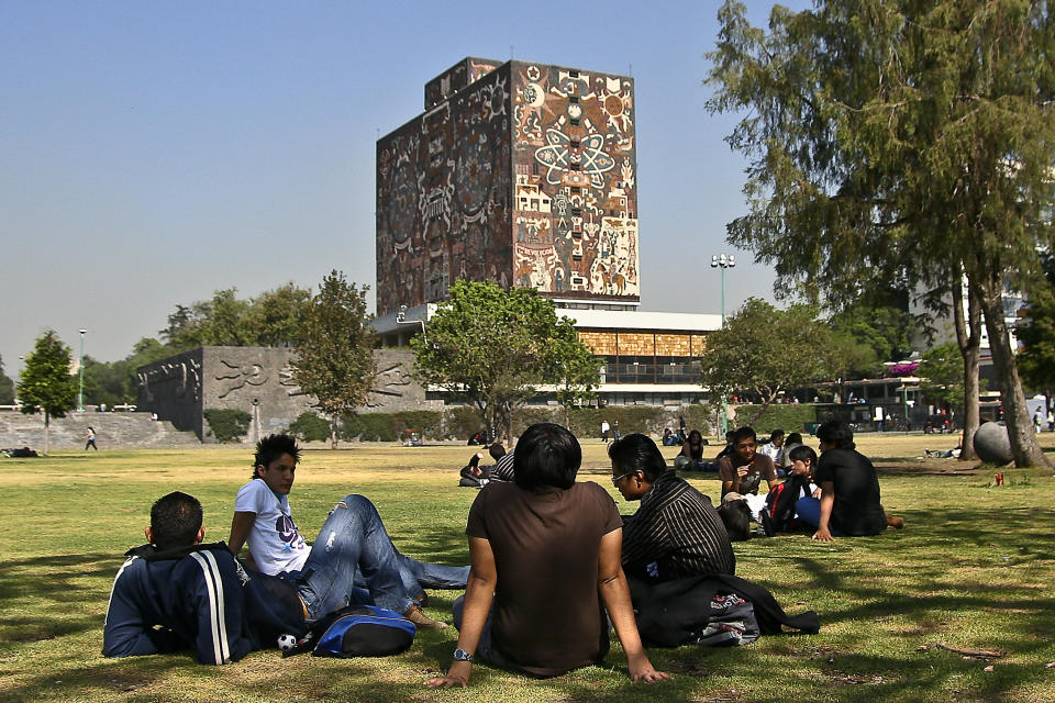 MEXICO CITY, MEXICO - MAY 07:  Students at the Universidad Nacional Autonoma de Mexico (UNAM) on May 7, 2009 in Mexico City, Mexico. Life slowly returns to its normality in the Mexican capital as officials lower the swine flu virus alert levels in the city. (Photo by Alonso Crespo/Jam Media/LatinContent via Getty Images)